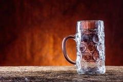 Öl Två kalla öl Utkastöl Utkastöl guld- öl Guld- öl Öl för guld två med fradga överst Kallt öl för utkast i den glass jaen Royaltyfri Foto
