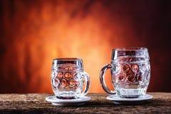 Öl Två kalla öl Utkastöl Utkastöl guld- öl Guld- öl Öl för guld två med fradga överst Kallt öl för utkast i den glass jaen Royaltyfri Fotografi