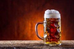 Öl Två kalla öl Utkastöl Utkastöl guld- öl Guld- öl Öl för guld två med fradga överst Kallt öl för utkast i den glass jaen Royaltyfri Bild