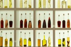 Öl- und Essigflaschen mit Kräutern Lizenzfreies Stockfoto