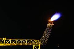 Öl und Gas, die auf Nacht brennen Stockfotografie