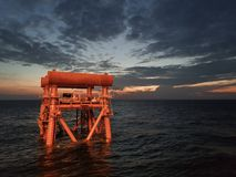 Öl-und Gas-Jacke während des Sonnenuntergangs lizenzfreies stockfoto