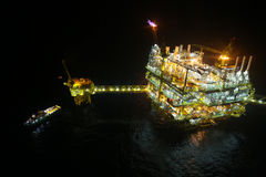 Öl- und Gasbau in der Nachtansicht Ansicht vom Hubschraubernachtflug Öl- und Gasplattform herein in Küstennähe Stockfotografie