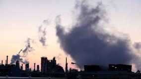 Öl- und Gasraffinerie - Fabrikschornstein - Zeitspanne stock video