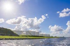 Öl- und GasSammelbehälter setzten allong das Ufer Lizenzfreie Stockfotos