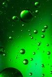 Öl und Wasser, klares Grün Stockbilder