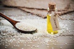 Öl von Samen des indischen Sesams in einer Flasche mit einem Zeichen Lizenzfreies Stockfoto