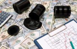 Öl wird aus dem Fass für Geld heraus, ein Dollarschein gegossen stockfotos
