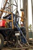 Ölarbeiter an der Ölquelle Jobsite verlassend lizenzfreies stockfoto