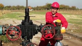 Ölarbeiter, der eine Öl-Pumpanlage an einer Ölquelle repariert stock video footage