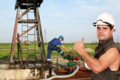 Ölarbeiter mit dem Daumen oben Stockbild