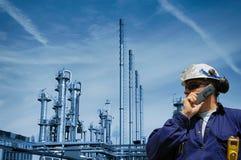 Ölarbeiter mit großer Raffinerie im Hintergrund lizenzfreie stockfotografie