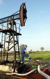 Ölarbeiter mit Hammer stockfotos