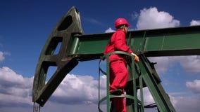 Ölarbeiter und Pumpe Jack Drilling Rig stock video footage