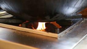 Ölen Sie beim Braten in der Pfanne auf einem Heißgasofen stock video