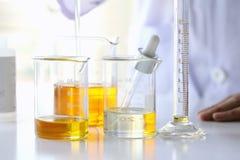 Ölen Sie das Gießen, Ausrüstung und die Wissenschaftsexperimente und die Chemikalie für Medizin formulieren lizenzfreies stockfoto
