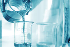 Ölen Sie das Gießen, Ausrüstung und die Wissenschaftsexperimente und die Chemikalie für Medizin formulieren lizenzfreies stockbild