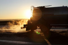 Ölen Sie den Spreizer-LKW, der Klebefilme auf einer Oberfläche in Vorbereitung auf die Pflasterung anwendet lizenzfreies stockfoto