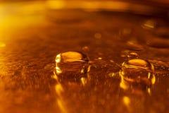 Ölen Sie Tropfen und Blasen auf einer Metallgang-Maschinenoberfläche Weitwinkelobjektiv bedeckt durch Linsen-Kappe in der Mitte Lizenzfreies Stockbild