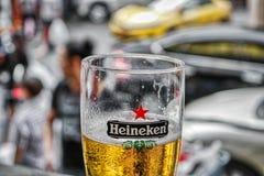 Ölexponeringsglas med fyllda öl- och vattenpärlor på exponeringsglas arkivbild