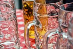 Ölexponeringsglas på bordlägga Arkivfoto