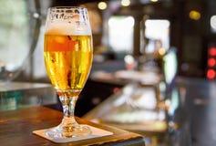 Ölexponeringsglas som tjänas som i en bar arkivfoton