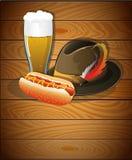 Ölexponeringsglas, varmkorv och Oktoberfest hatt Royaltyfria Bilder