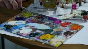 Ölfarben, die auf Palette durch Palettenmesser mischen Ölfarben, die Hintergrund der abstrakten Kunst malen stock footage