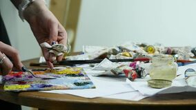 Ölfarben, die auf Palette durch Palettenmesser mischen Ölfarben, die Hintergrund der abstrakten Kunst malen stock video