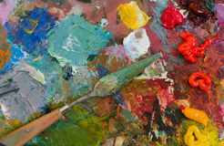 Ölfarben und Bürste auf Palette entziehen Sie Hintergrund Lizenzfreie Stockfotos