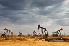 Ölfeld in der Wüste Stockbild