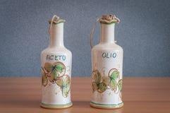 Ölflaschen und handgemalter Essig Lizenzfreie Stockfotografie