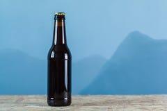 Ölflaska över blått Royaltyfria Foton