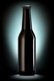 Ölflaska eller äppeljuice som isoleras på svart bakgrund Arkivfoton