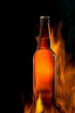 Ölflaska i brand på svart Royaltyfri Fotografi