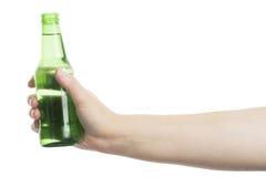 Ölflaska i handen Arkivfoton