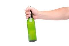 Ölflaska i handen som isoleras på vit Royaltyfri Foto