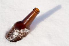 Ölflaska i snow Royaltyfri Foto