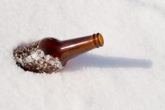 Ölflaska i snow Royaltyfria Foton