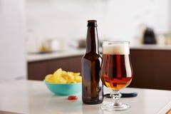 Ölflaska med chiper Royaltyfri Foto