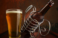 Ölflaska och exponeringsglas av ny öl Arkivfoton