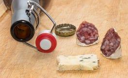 Ölflaska och mellanmål Arkivbild