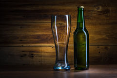 Ölflaska och tomt exponeringsglas royaltyfri bild