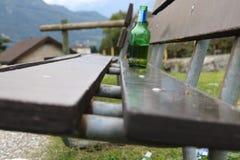 Ölflaska på en bänk Arkivfoton