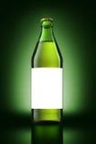 Ölflaska på grön bakgrund Royaltyfria Bilder