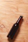 Ölflaska på trä Royaltyfri Foto