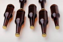 Ölflaska på vit bakgrund Kallt och nytt ölbegrepp Arkivbild