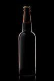Ölflaska som isoleras på svart Fotografering för Bildbyråer