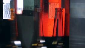 Ölflaskor flyttar sig fastar in mot steriliseringavsnitt arkivfilmer