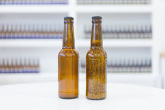 Ölflaskor på den vita tabellen Royaltyfri Foto